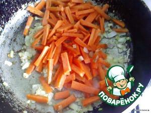 Добавить морковь и обжарить.