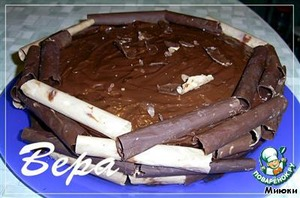 Lubricate the top and sides of cake with ganache. Boca put chocolate tubes.