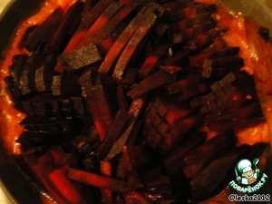 Beets clean, cut into strips and combine with vegetables passerovannye.  In a pan pour 1 Cup of water + sugar + vinegar. All cover with a lid and simmer on low heat for 10 minutes.