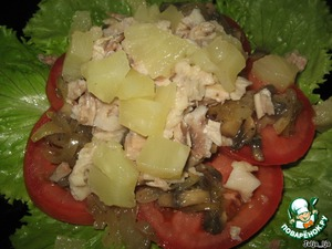 Далее нарезанное или разобранное на волокна куриное филе. И ананас, нарезанный кусочками.