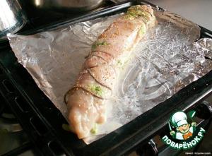 Аккуратно свернуть рулет, перевязать мокрыми нитками, посыпать зернами горчицы.    Выложить на противень с фольгой, смазанной маслом.    Запекать при 180-200*C до румяной корочки примерно 20 минут.