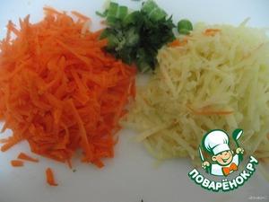 Натереть на крупной терке картофель и морковь. Сельдерей мелко порезать. Все добавить в суп. Варить 20 минут.