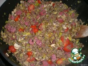 6. В конце добавить помидорки и салями. Посолить и поперчить.