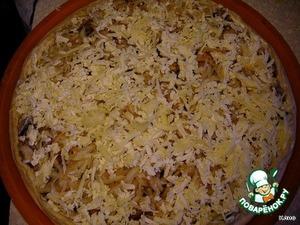 6. Плавленный сыр и сыр пармезан натереть на терке и равномерно посыпать яблоки. Капнуть в нескольких местах сметаной. Выпекать в разогретой до 220С духовке около 25-30 минут.    Вторую часть теста можно приготовить с другой начинкой.
