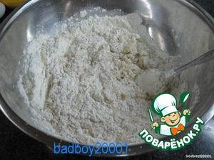 Влить молоко с маслом и замесить тесто.