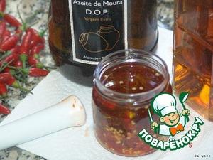 """Заливаем оливковым маслом и добавляем немного виски. (1-3 столовые ложки, в зависимости от обьема выбранной баночки). Такой соус-полуфабрикат готов к использованию через неделю после приготовления. Хранится в темном месте, при обычной комнатной температуре до 1 года. При более длительном хранении теряет силу, """"выдыхается"""".    Является одним из основных ингридиентов для приготовления особого соуса для гриля. Иногда такой концентрат любители острого используют в чистом виде нанеся 1 КАПЕЛЬКУ на уже приготовленное в гриле мясо.   Продолжения следует!"""