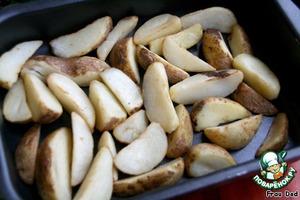 Поместить картофельные дольки на сухой противень, посолить, поставить в разогретую до 225 градусов духовку на 15 минут.