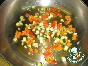 К овощам добавляем цуккини и болгарский перец, обжариваем.