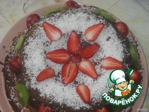 Украсить торт кокосовой стружкой, киви и клубникой.