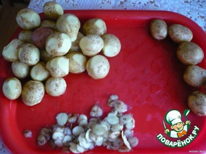 Potatoes (I have young, but in the winter I use old - so even better it turns out) to choose approximately the same size, well washed, to remove the