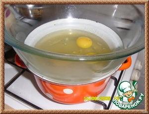 2 яйца разделить на белки и желтки.   3 яйца + 2 белка вылить в огнеупорную миску , поставить на водяную баню и постоянно мешая , прогреть до горячего состояния. Осторожно! Яйца не должны завариться!