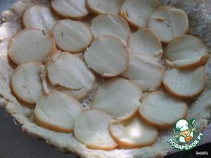 Ломтики сыра выложить на заготовку из теста в виде черепицы.