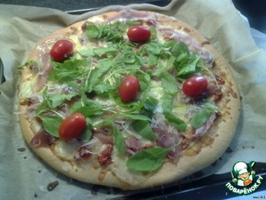 And in the end, the finished pizza to put the salad-rocket, ham and a plate of Parmesan. Decorate with tomatoes. All a pleasant appetite!