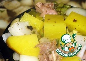 Добавить мясо, овощи, зелень и специи к гороху и варить до готовности картофеля.