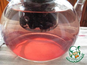 And here is the sugar - if you look closely, the photo shows stains or waves inside the kettle - this dissolves the sugar and see thicker than water syrup. For reference: in the raisins of glucose and fructose (natural sugar) more than in the grapes up to 8 times. In some grapes the sugar content reaches 20%.