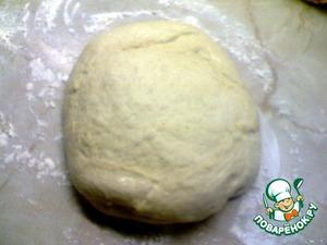 Выложить в ёмкость масло, сахар, соль, молоко, воду. Поставить на огонь и немного подогреть, чтобы масло растворилось.   Добавить к этой смеси картофельные хлопья и оставить на несколько минут.   В кастрюле смешать 1 стакан муки и сухие дрожжи. Смешать с картофельной смесью и 1 яйцом.   Добавить ещё немного муки,выложить на стол и вымешивать тесто, постепенно добавляя муку.