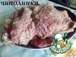 Мясо очистить от плёнок, нарезать ломтиками, толщиной 1 см и слегка отбить.