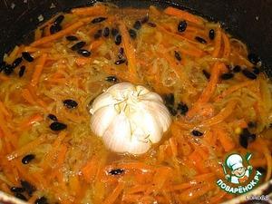 Головку чеснока почистить от шелухи, промыть и положить в центр зирвака.