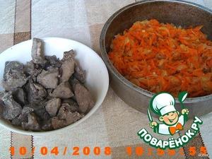 Говяжью печень перед варкой хорошенько обработать от пленок и жилок.   Печень нарезать на кусочки, отварить, в конце варки положить черный горошек перца.