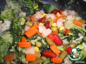 Теперь добавляем консервированные овощи: фасоль красная, кукуруза и кусочки селеры.