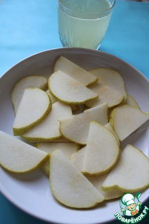 Разрезать грушу на 4 части, вынуть семена и нарезать ее тонкими ломтиками, из лимона выдавить сок и разбавить кипяченной водой, общее количество жидкости должно быть около 200 мл.