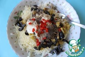 Козий сыр смешать с сыром пармезан, перцем чили, маслинами, оливками и сливками, посолить и поперчить.