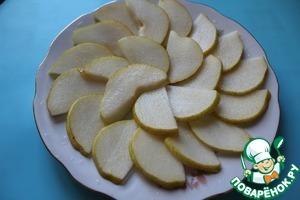 Осторожко слить лимонный маринад с ломтиков груши и разложить их на тарелке.