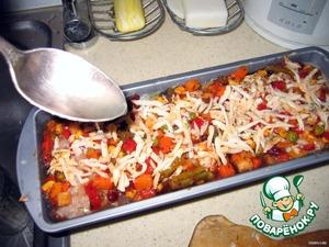 8. высыпать сверху оставшиеся овощи  и тертый сыр. Вылить вино и лимонный сок, накрыть фольгой