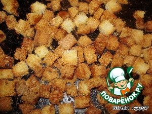 Хлеб нарезать кубиками и поджарить в духовке или на сковороде.