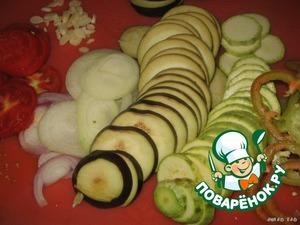 Всё предельно просто, несмотря на обилие ингредиентов.    Овощи моем, чистим то, что нужно почистить, удаляем сердцевинку, где её нужно удалить. Нарезаем все овощи тонкими кружками.
