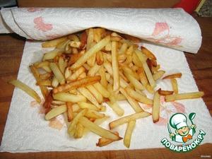 Выложить картофель на бумажное полотенце, чтобы удалить излишки масла, посолить