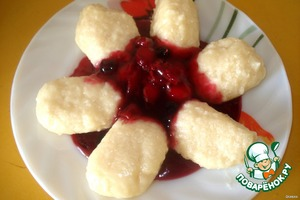 The finished dumplings remove with a slotted spoon from the water, pour melted butter and serve, watering berry sauce. All. Quick and delicious Breakfast is ready, and therefore provided a good mood for the whole day.