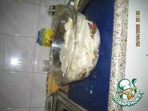 Залить соусом: майонез разбавить небольшим количеством воды. Поставить в разогретую духовку и выпекать под крышкой минут 40 - 50 (все зависит от духовки).