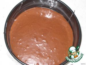 Для бисквита:    яйца взбить с сахаром до белой пышной массы (взбивать 5-7 минут), постепенно добавлять растопленное (не горячее) сливочное масло, затем в 2-3 приема ввести просеянную муку с какао и разрыхлителем.   Тесто вылить в форму, смазанную маслом и проложенную пергаментной бумагой.   Выпекать при 180 градусах в предварительно разогретой духовке 30-40 минут до сухой палочки. Зависит от размера формы - если корж будет высоким, разрезать его на два коржа, пропитать каждый соком, корж-безе можно проложить между шоколадными коржами.