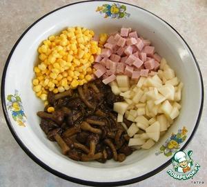Грибы отвариваем,обжариваем,остужаем,грушу и карбонат режем кубиками,кукурузу отцеживаем от жидкости.
