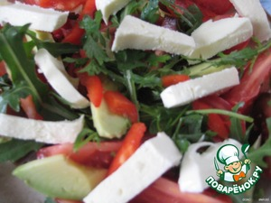 Add the mozzarella, cut into oblong strips and greens.