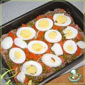 Вареная морковь - просто осталась, не предполагалась в запеканку,  но чтобы не выбрасывать... можно без нее. Режем 2 яйца пластинками, укладываем.