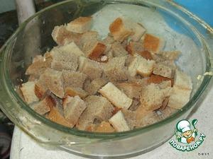 Нарезать хлеб кубиками и смешать его с молочной смесью.