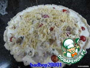 Сливки слегка взбить с яйцами, посолить и поперчить, залить начинку, сверху натереть сыр