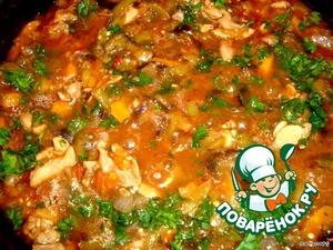 Курицу обжариваем на оливковом масле, добавляем овощи, вино, томатную пасту, тимьян, сахар, соль, перец черный и перец чили, мелконарезанный. Тушим 15 минут. В конце добавляем петрушку.