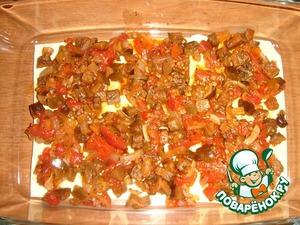 """Все готово, можно приступить к """"сборке"""" лазаньи.   Первый слой: листы лазаньи и баклажанная начинка (половина всей порции)."""