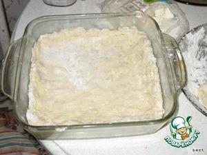 Туда же влить растительное масло и положить яйцо. Вымесить пластичное тесто. Закрыть сверху п/э пленкой и поставить подходить в теплое место.   Форму (d=20-22см) смазать маслом, выложить 1/2 часть картофельной массы.   Распределить по дну (мокрой рукой).
