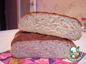 Смазать верх растительным маслом (можно посыпать тмином и кориандром) и поставить в разогретую до 200 гр. духовку на 15 минут, затем температуру снизить до 180.    Чтобы хлеб не подгорел, можно поставить на дно духовки мисочку с водой. Выпекается хлеб от получаса до 45 минут, готовность проверить деревянной палочкой.    Готовый хлеб слегка сбрызнуть водой и накрыть салфеткой, оставить до полного остывания.    В разрезе.      Примечание: муки может пойти немного больше, все зависит от влажности картофельного пюре.    Вместо смеси пшеничной и ржаной муки можно взять только пшеничную (450 г).
