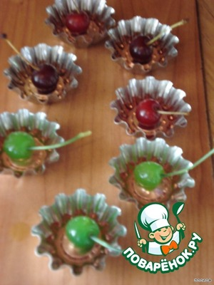 The cherries are laid in the molds,