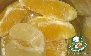 Вливаем его в блендер, туда же помещаем очищенные лимон с апельсином, растопленное сливочное масло, подсаливаем по вкусу и на максимальной скорости превращаем в однородную пенную массу.