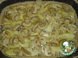 Обжарить грибы и выложить на картофель.