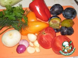 У слив удалить косточку и очистить шкурку, у спелых слив она снимается легко, но можно и оставить, если она вас не будет потом смущать в готовом блюде )))   Вторую луковицу, перцы и остальной чеснок очистить.   В кухонных комбайн складываем помидор, перцы, сливы, лук, чеснок, зелень укропа и петрушки, все это перемалываем.