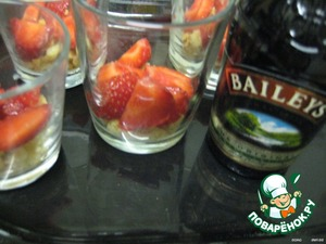 Arrange in portioned cups:  cookies;  0.5-1 tsp liqueur or syrup;  strawberries.  (use all the ingredients in 1/2 portions to make 2 layers)