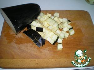 Баклажан помыть и порезать квадратиками.