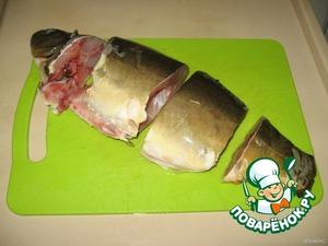 Если рыба целая, ее надо почистить от чешуи, срезать плавники, разрезать живот,  выпотрошить, отрезать голову, вынуть жабры  и глаза, вымыть и нарезать на куски по 6-7см.